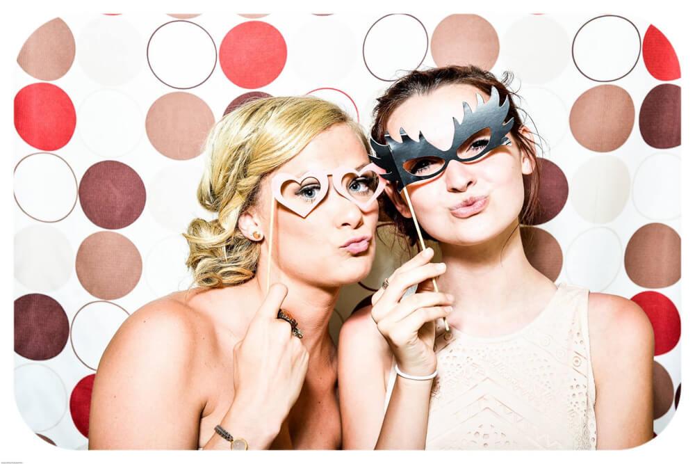 Fotobox-oder-Photo-Booth-auf-eurer-Hochzeit-bleibende-Erinnerungen-schaffen